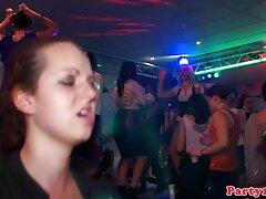 danza salvaje en el escenario del programa porno real maduras público