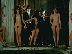 Mear maduras desnudas en casa para Drácula