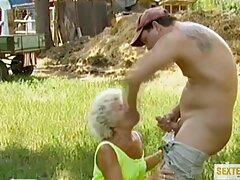 Bronceada muy porno casero mayores Vika recibe un masaje facial después de placer anal